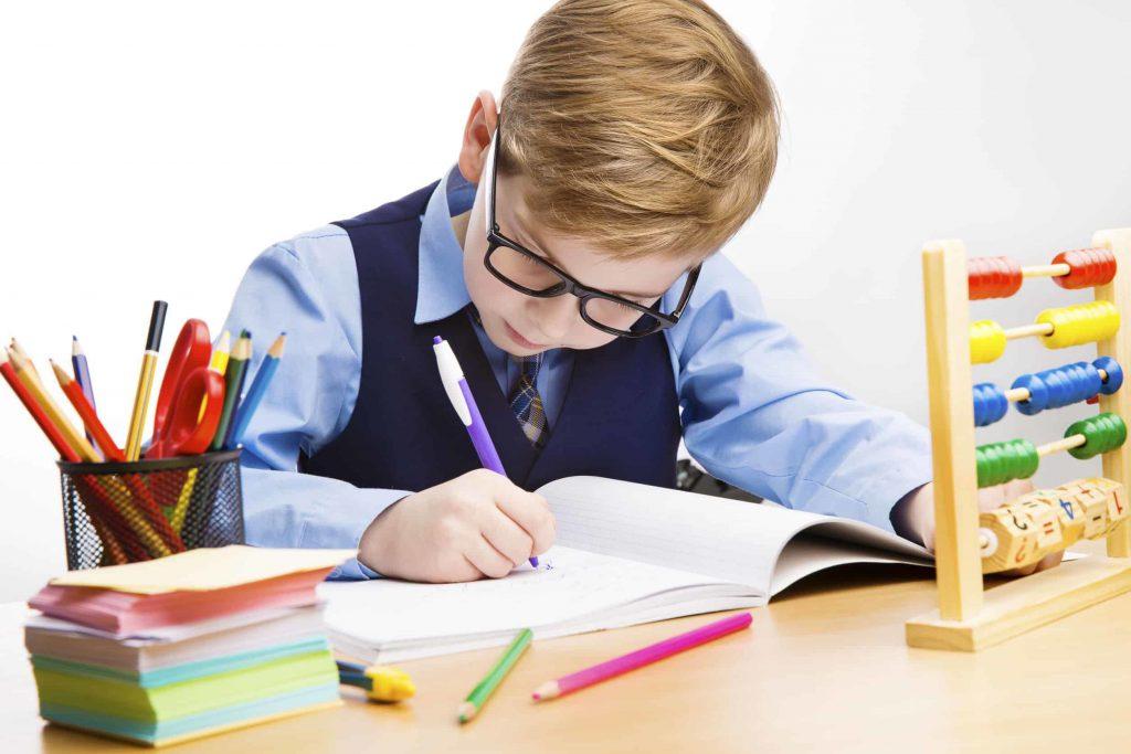 Enfant apprend à écrire